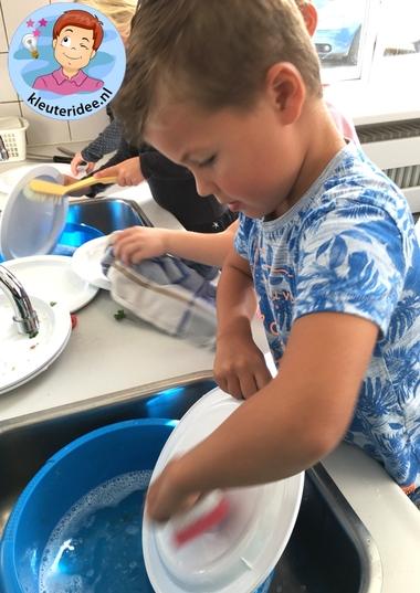 afwassen met kleuters, thema huishouden, kleuteridee, kindergarten housekeeper theme 2