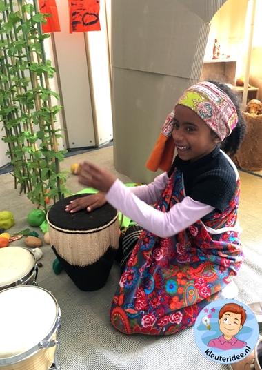 Afrikaanse vrouw rollenspel,kleuteridee, thema Afrika, kindergarten Africa theme 1.