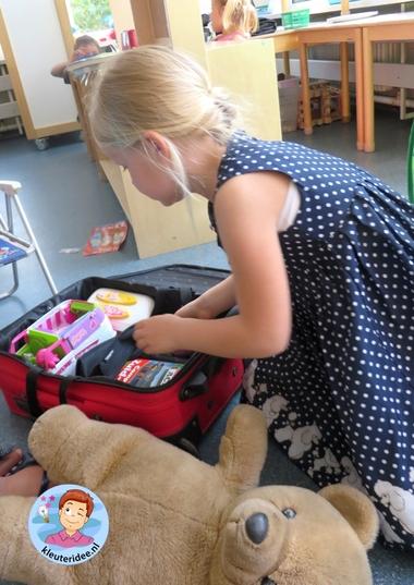 Campinghoek koffer inpakken, rollenspel en hoeken voor kleuters, kleuteridee.nl, preschool camping theme.