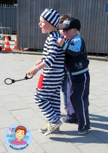 Rollenspel met kleuters, thema politie, politiebureau, boef gevangen, kleuteridee.nl, Kindergarten , Police theme