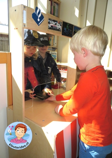 Rollenspel met kleuters, thema politie, politiebureau, aangifte doen, kleuteridee.nl, Kindergarten , Police theme