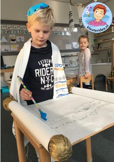 Boekrol knutselen met kinderen, kleuteridee, Kindergarten Isael thora craft 6.