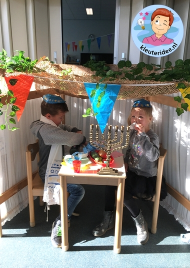 Loofhut bouwen in de klas, thema Israel, kleuteridee k