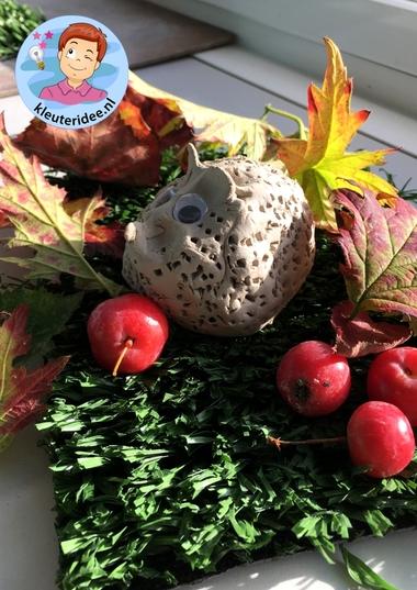 Egel maken van klei, kleuteridee.nl, a hedgehog from clay for kindergarten 5