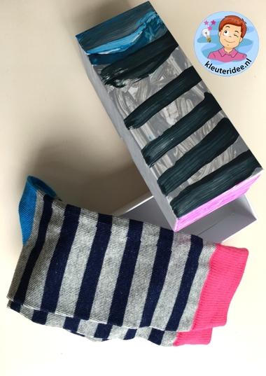 door voor sokken verven, kleuteridee, vaderdag voor kleuters 5k