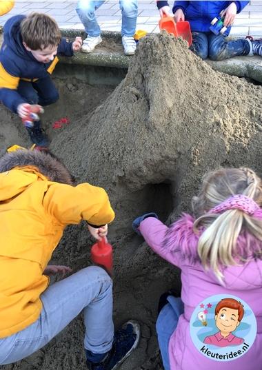 Bergen en tunnels in de zandbak, kleuteridee