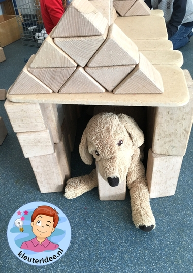 Hondenhoek maken in de bouwhoek, thema de hond, kleuteridee, Kindergarten dog theme, build a doghouse 2