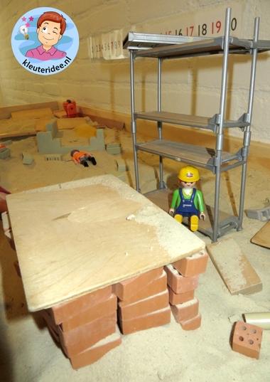 Zandtafel, thema wij bouwen een huis 1, met kleuters, kleuteridee.nl