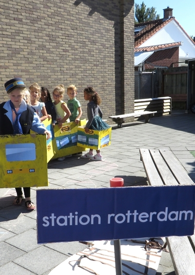 Rollenspel trein met kleuters, kleuteridee.nl, het station