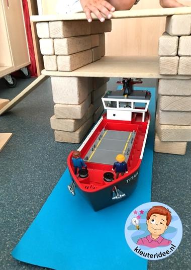 Brug bouwen in de bouwhoek, thema de haven, kleuteridee 2.