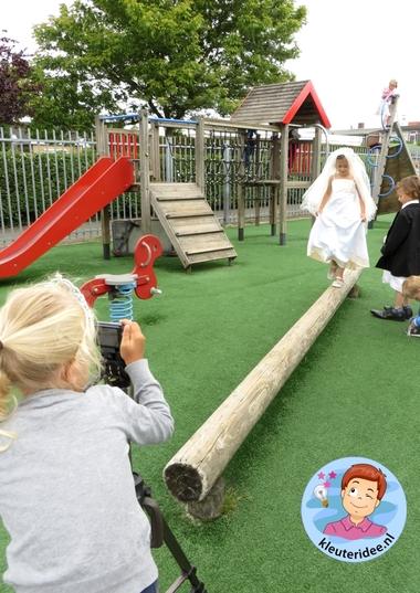 Kleuters maken een trouwreportage van elkaar 7, kleuteridee.nl, thema fotograaf, Kindergarten Photgrapher theme.