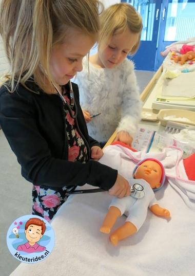 Zuigelingenbureau met rekenactiviteiten voor kleuters 2, thema baby's, kleuteridee.nl, met gratis groeiboekje download