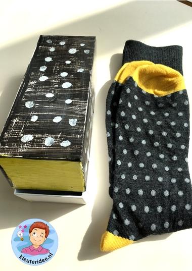 door voor sokken verven, kleuteridee, vaderdag voor kleuters 3 k