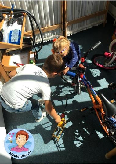 Speelhoek fietsenwinkel in de klas, kleuteridee 2