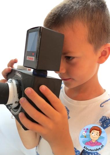 Foto camera met schermpje en lens en flitser knutselen met kleuters 4, kleuteridee.nl, thema fotograaf, met gratis download