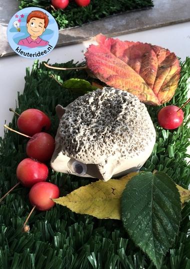 Egel maken van klei, kleuteridee.nl, a hedgehog from clay for kindergarten 6