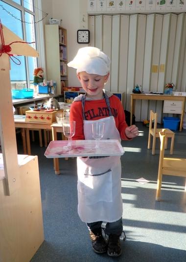 Ober opleiding dienblad met 1 hand dragen, thema restaurant, kleuteridee