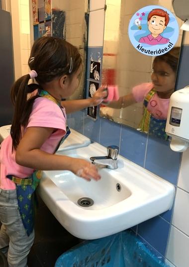 Ramen wassen met kleuters, thema huishouden, kleuteridee 4