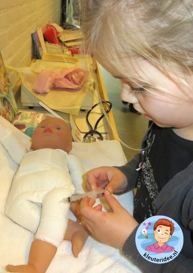 Zuigelingenbureau met rekenactiviteiten voor kleuters 4, thema baby's, kleuteridee.nl, met gratis groeiboekje download