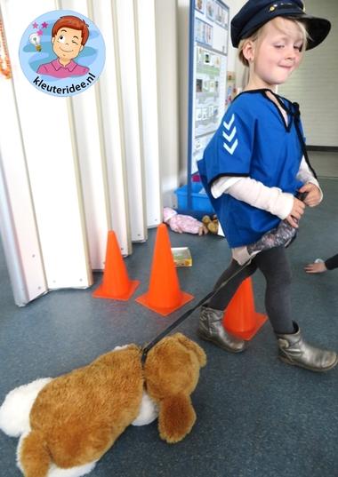 Rollenspel met kleuters, thema politie, hoek voor speurhonden 6, kleuteridee.nl, Kindergarten , Police theme