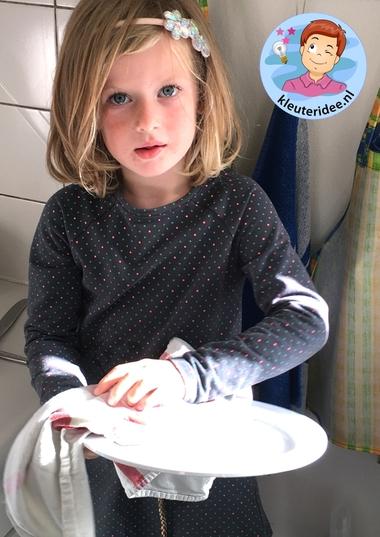 afwassen met kleuters, thema huishouden, kleuteridee, kindergarten housekeeper theme 3