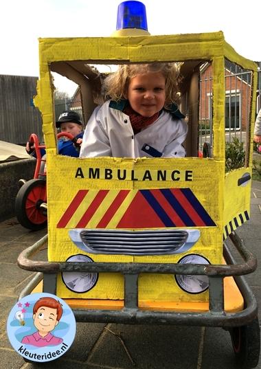 Ambulance spelen met kleuters, thema ziek, kleuteridee.