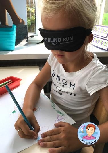 Een tekening maken met een blinddoek om blindheid te ervaren, kleteridee, thema het oog 4.