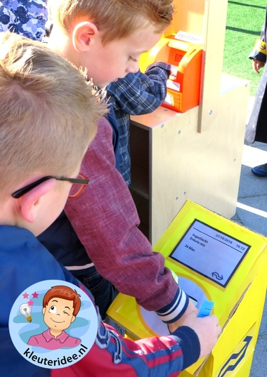 Uitchecken OV-chipkaart, rollenspel trein met kleuters, kleuteridee.nl, kijk voor beschrijvingen op de website 7