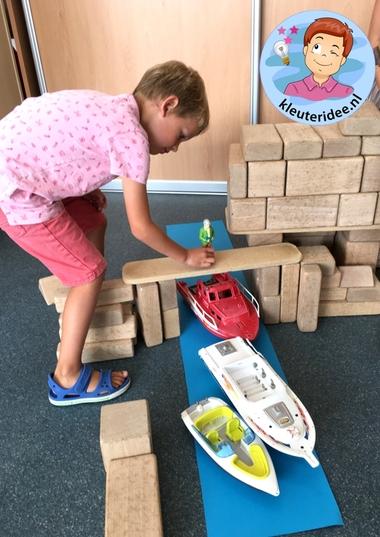 Brug bouwen in de bouwhoek, thema de haven, kleuteridee .