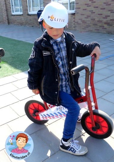 Rollenspel met kleuters, thema politie, politiebureau, politiemotor, kleuteridee.nl, Kindergarten , Police theme