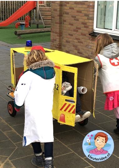 Ambulance spelen met kleuters, thema ziek, kleuteridee 7.