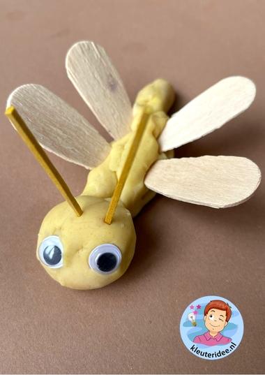 insecten maken van klei, kleuteridee, thema insecten en kriebelbeestjes