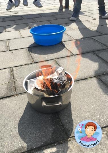 vuur maken met vergrootglas en zon, thema brandweer, kleuteridee, kindergarten fire fighter activity