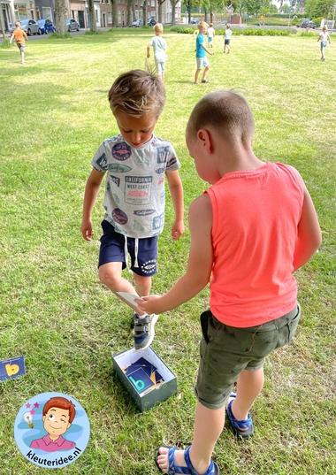 Letterestafette, bewegend leren voor kleuters, letterkennis, kleuteridee