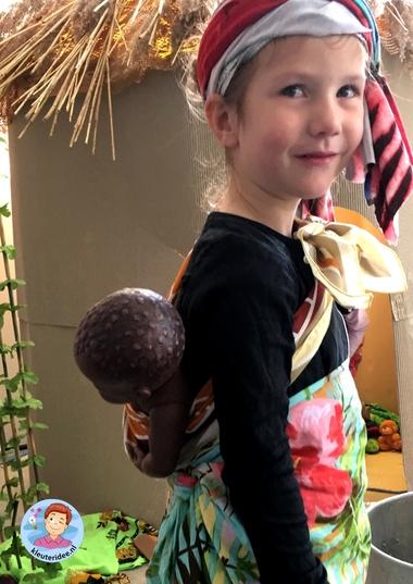 Baby op rug, thema Afrika, kleuteridee