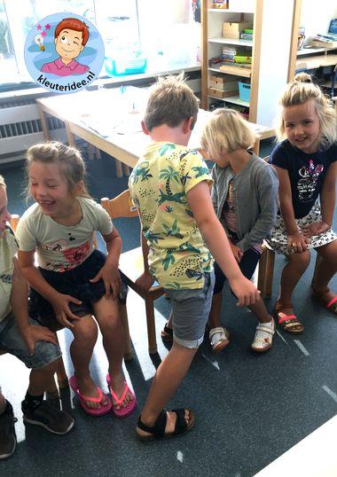 letterstoelendans, bewegend leren, kleuteridee
