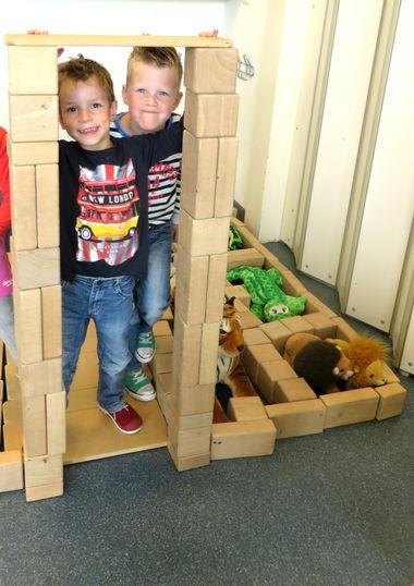 juf , we hebben ook de ingang van de dierentuin gemaakt, kleuteridee.nl thema dierentuin in de bouwhoek