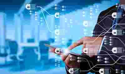 Abstraktes Bild von Männerhand, die hinter einem virtuellen Screen auf ein Tablet tippt