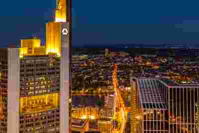 Bild des Commerzbank-Towers in Frankfurt bei Nacht