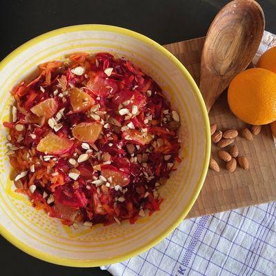https://a.storyblok.com/f/88421/1200x900/b08b530532/salat-med-revet-roedbede-og-gulerod.JPG