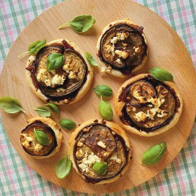 Tærte med aubergine, karamelliseret løg og feta