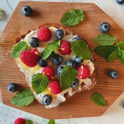 Toast med ricotta, blåbær og hindbær