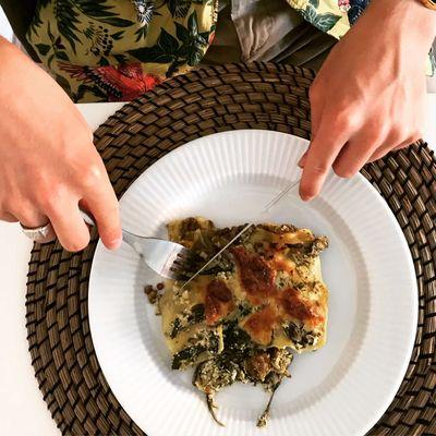 En lækker vegetar lasagne som er klar til at blive spist.