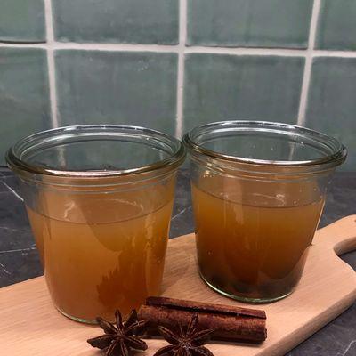 To kopper æblegløgg klar til servering