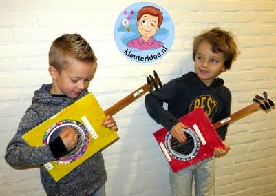 Gitaar knutselen met kleuters 4 , thema muziek, Kindergarten guitar craft, music theme, kleuteridee.nl
