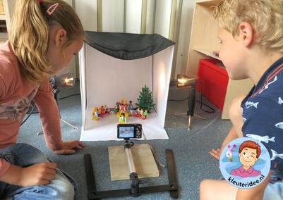 Klassenfoto maken van Playmobilpoppetjes met kleuters , kleuteridee.nl, thema fotograaf