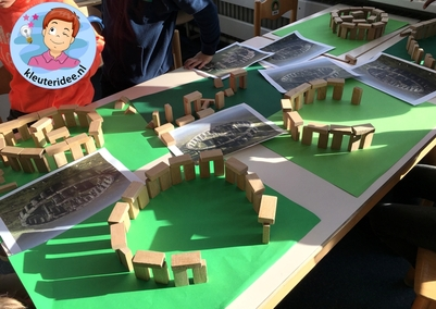 Stonehenge bouwen met blokken door kleuters, kleuteridee 2