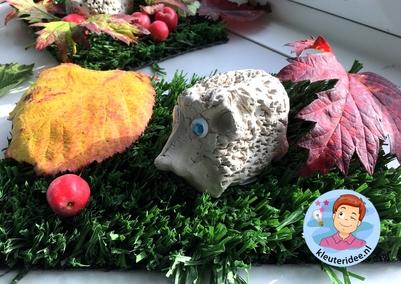 Egel maken van klei, kleuteridee.nl, a hedgehog from clay for kindergarten
