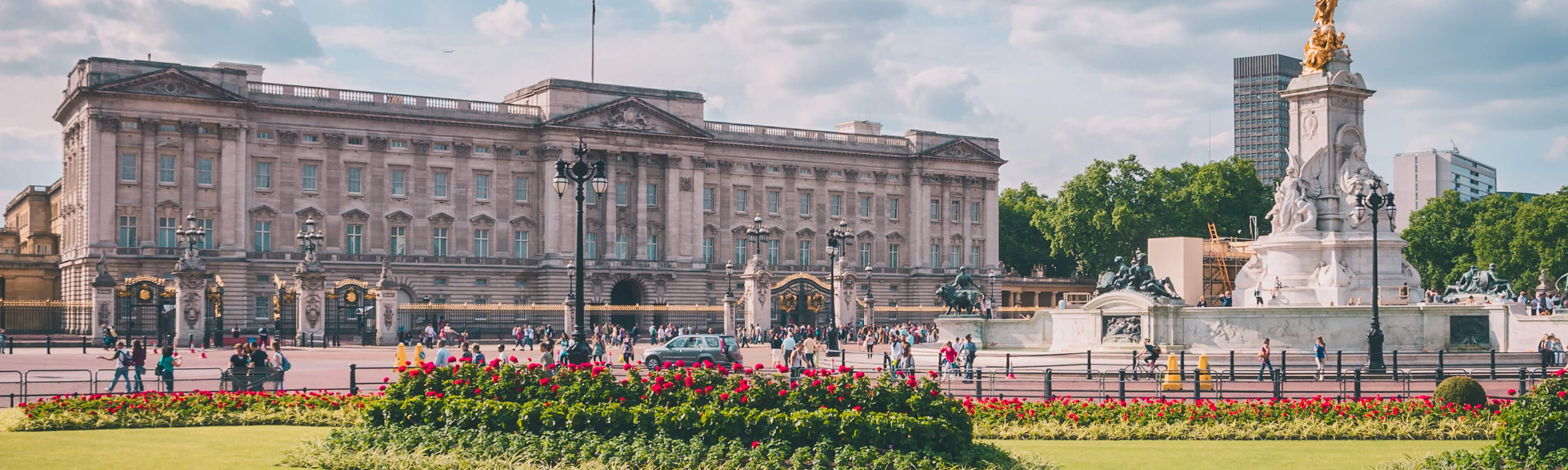 people walking around outside of buckingham palace in london england