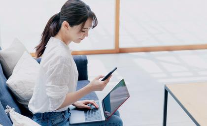 LINK Mobility - Frau nutzt Anmelde-Verfahren mit Zwei-Faktor-Autehntifizierung am Smartphone